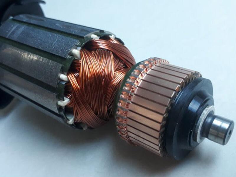 Rotor dây quấn là 1 cục nam châm lớn cùng với các cực từ